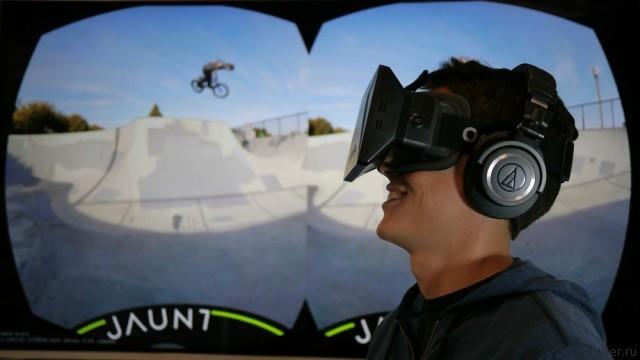 Сотрудник компании Jaunt в шлеме виртуальной реальности
