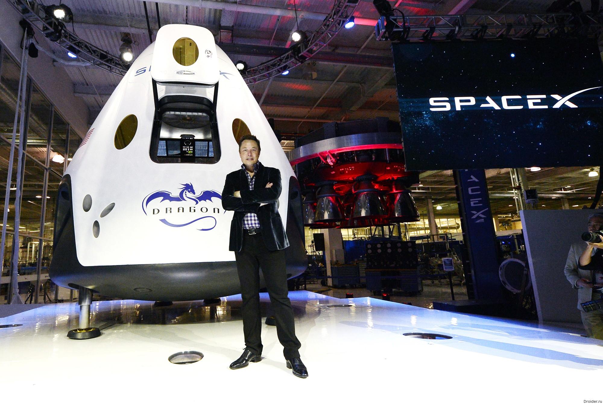 Элон Маск на стенде SpaceX