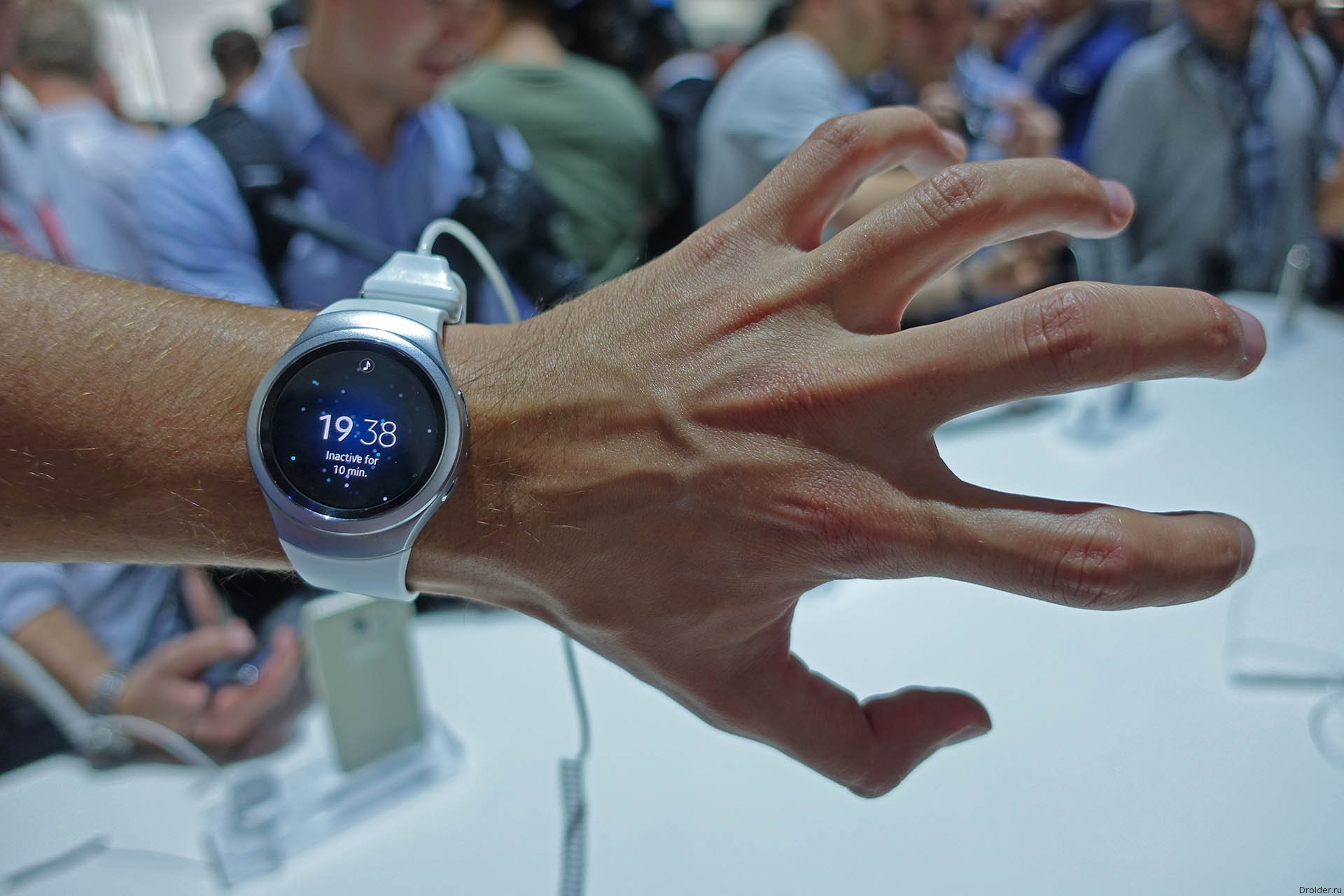Samsung Galaxy Gear S2 будут работать с e-SIM, управляться базелем и…