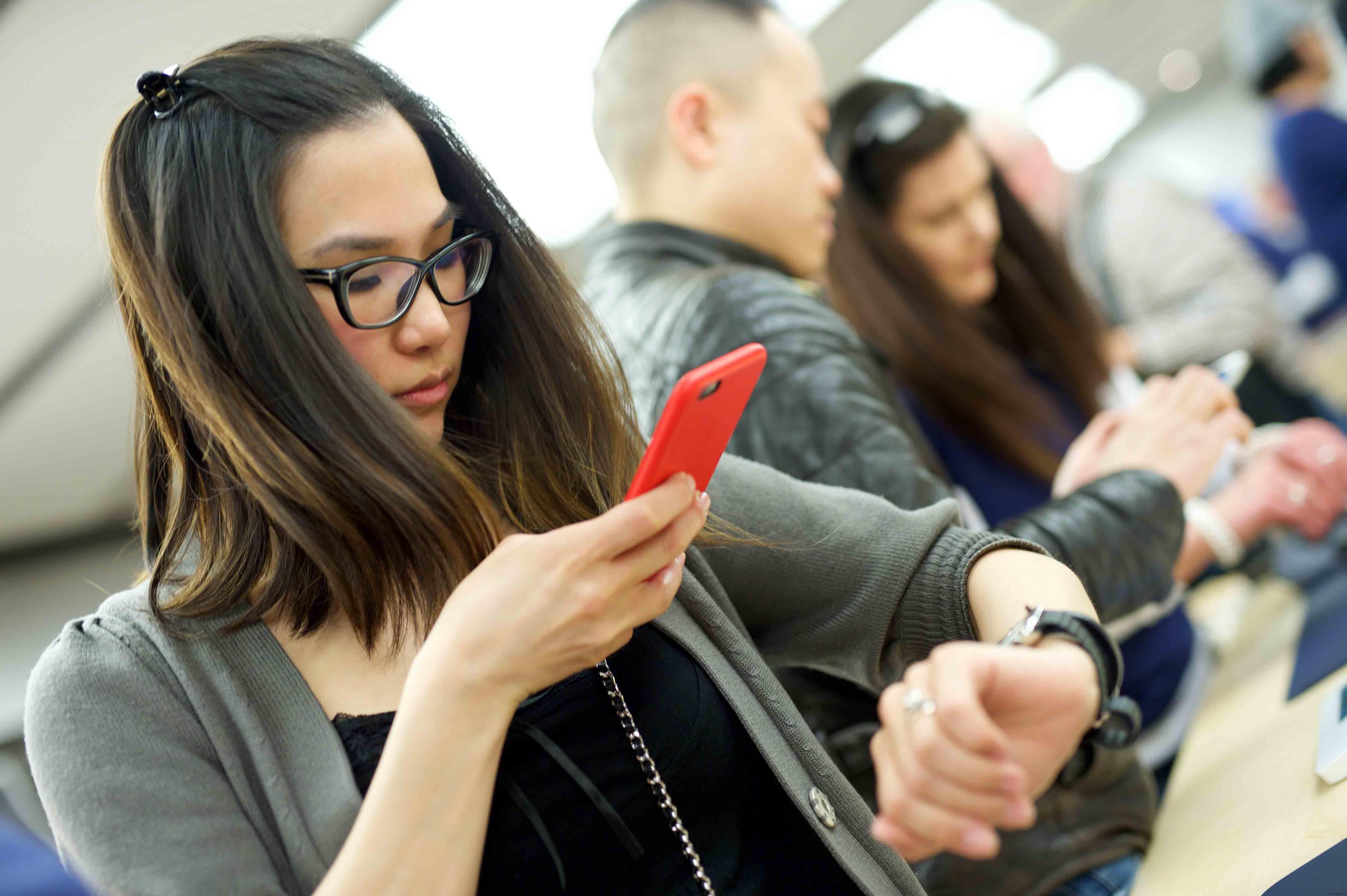 Половина подростков из США зависят от смартфонов