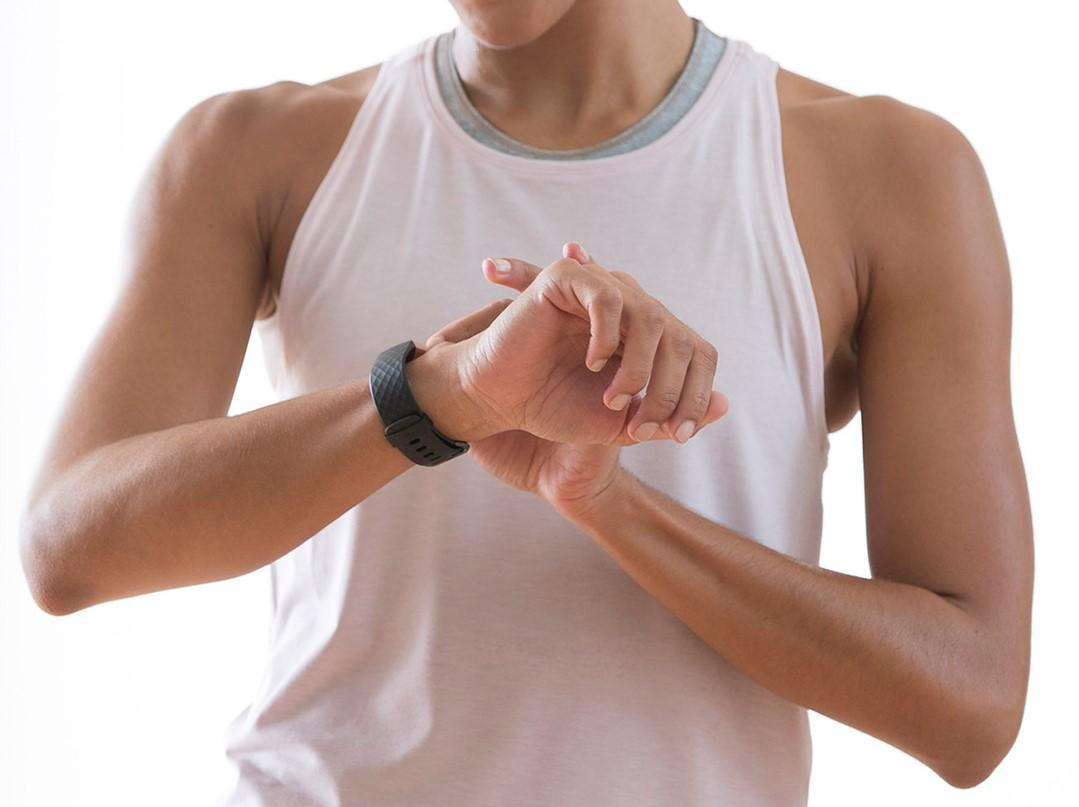 Charge 3 от Fitbit — защищенный трекер-«неделька»
