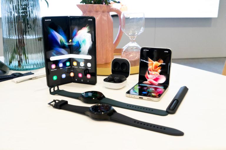 Samsung представил два новых гнущихся смартфона, часы и наушники